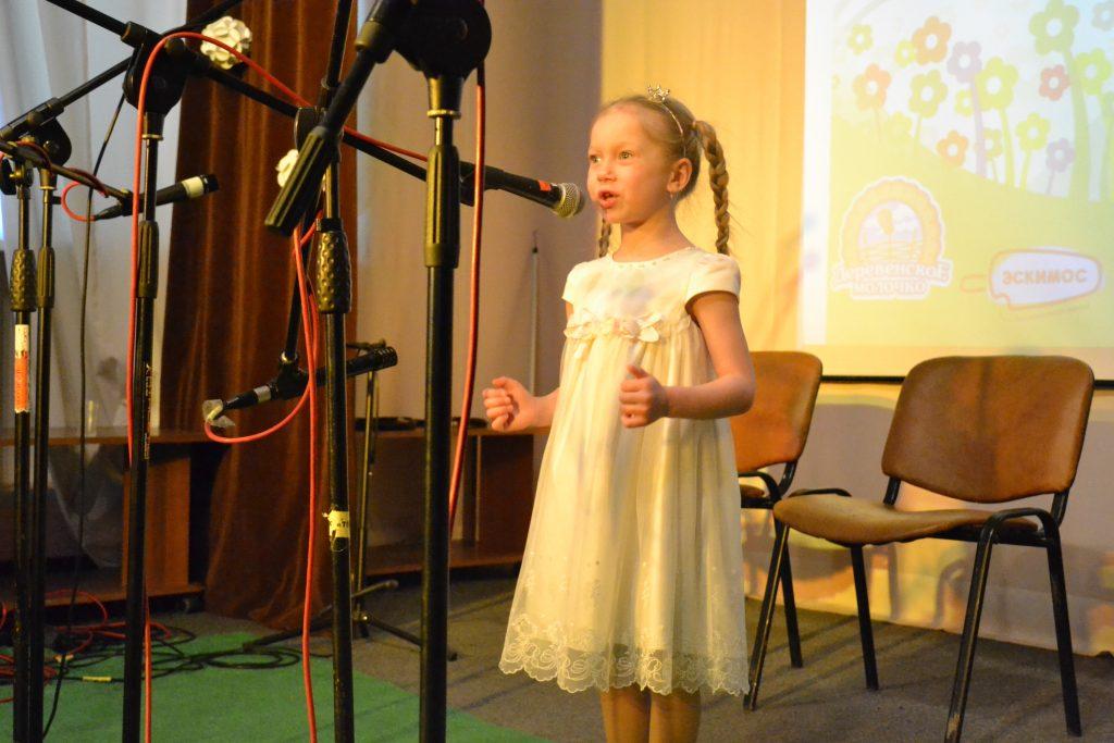 девочка у микрофона